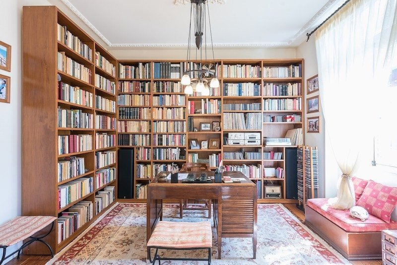 Cosiest Airbnbs With Libraries for Book Lovers