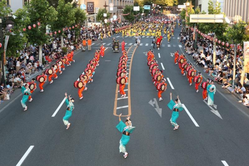 Performers on the road on Morioka Sansa Odori