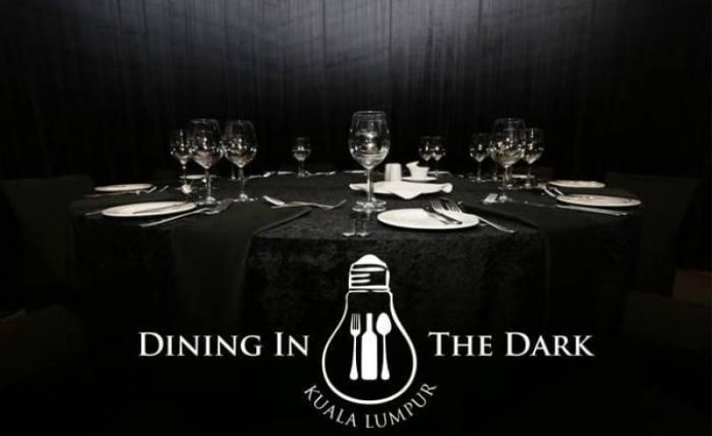 dùng bữa trong bóng tối