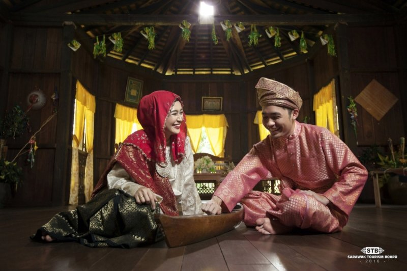 ethnic storytellers at sarawak cultural village
