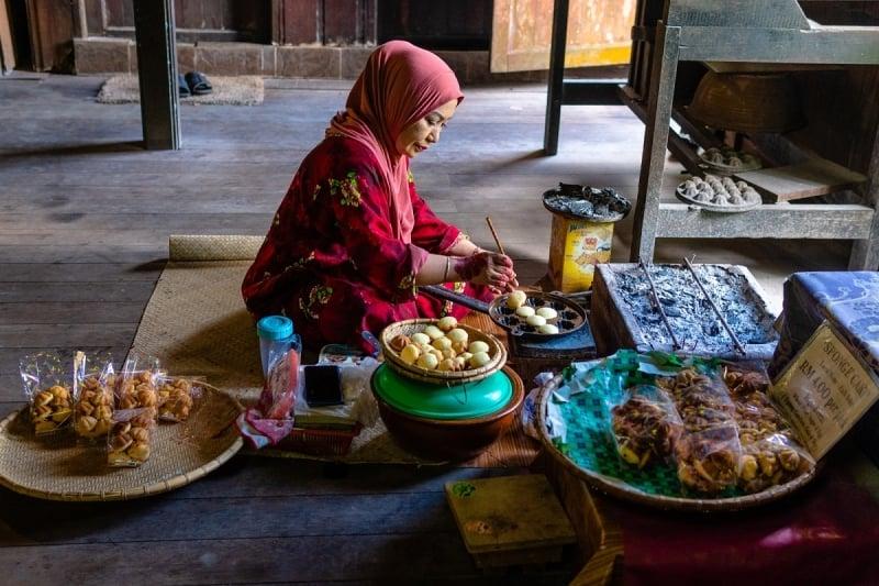 local making kueh bahalu