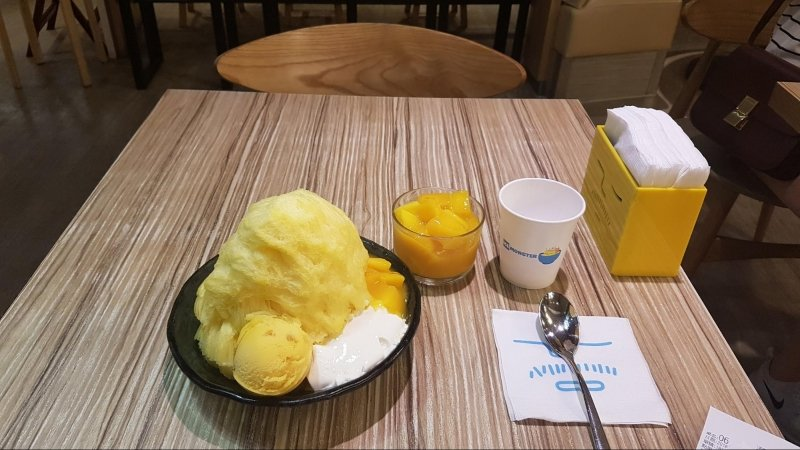 travelling solo on my birthday: mango shaved ice for one