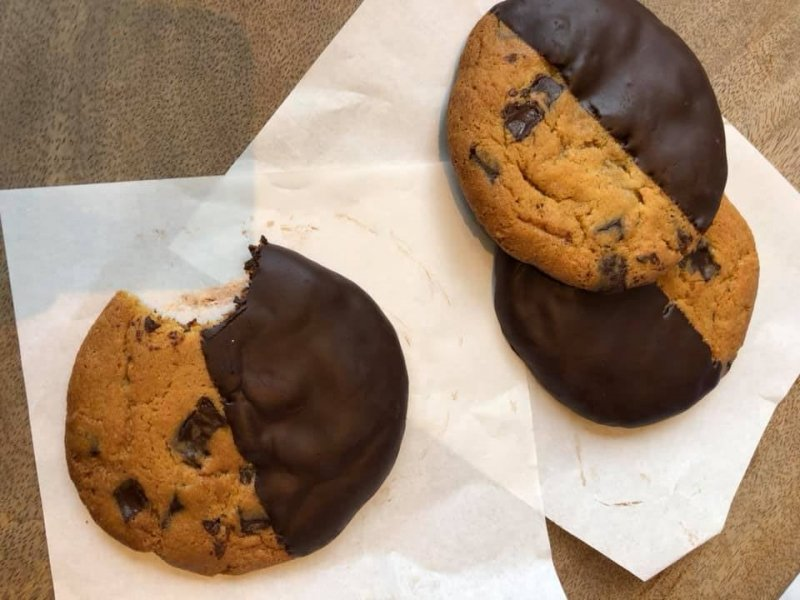 Best cookies in Manila: Purple Oven's chocolate-dipped cookie