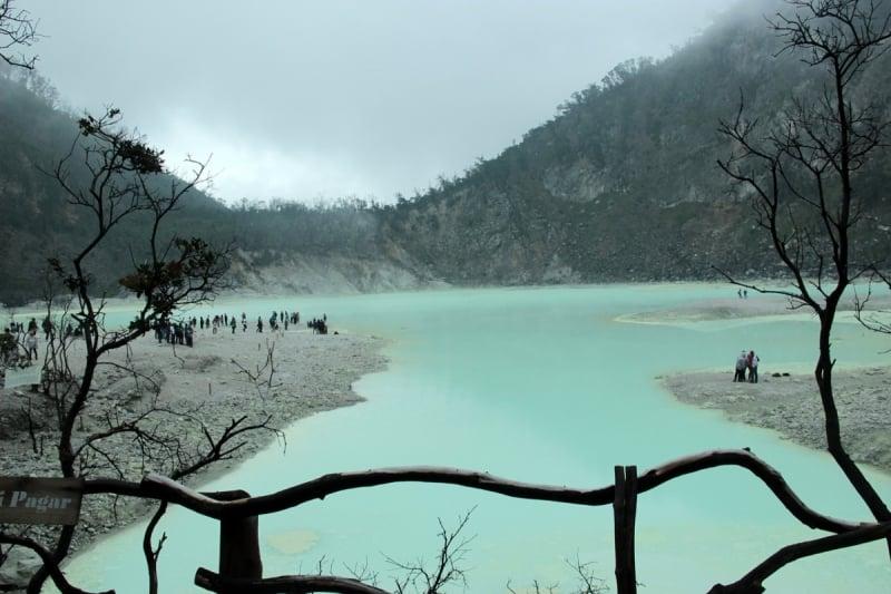 Hồ nước xanh ở Indonesia