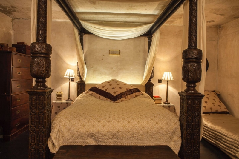airbnbs featured in movies: four-poster bed from shakespeare in love