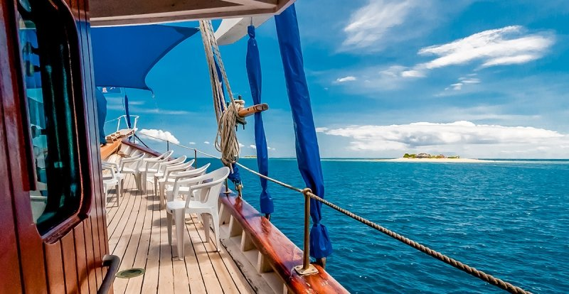 island-hopping cruise in fiji