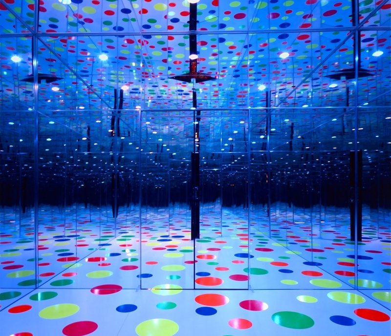 Infinity Dots Mirrored Room by yayoi kusama