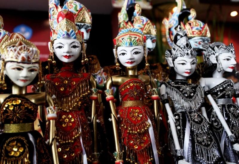 souvenir jakarta: wayang puppets