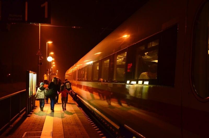 Du học sinh tại Châu Âu đi xe buýt, tàu đêm