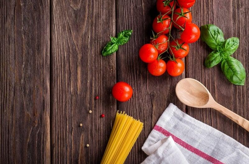 Du học sinh tại Châu Âu tự nấu thay vì ăn ngoài