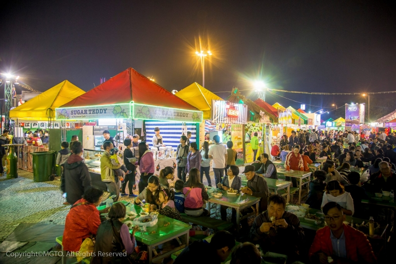 Food stalls and tables with lots of people — Filipinos have to visit Macao to join the Food Festival!