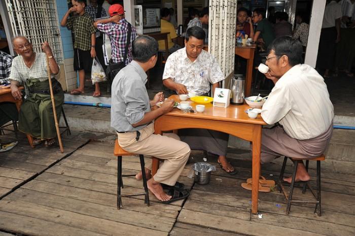 Chơi Gì Ở Myanmar: Thư giãn với tách trà nhỏ