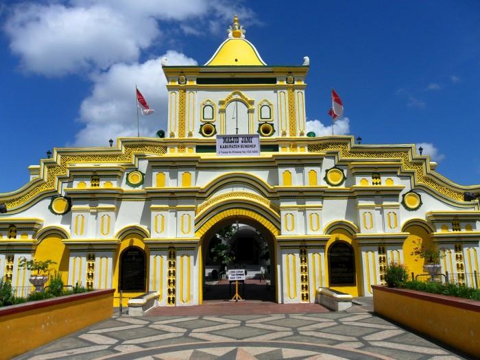 Du lịch Indonesia trong 2 ngày - nhà thờ hồi giáo màu vàng