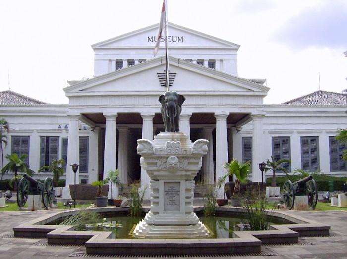 Du lịch Indonesia trong 2 ngày - bảo tàng màu trắng