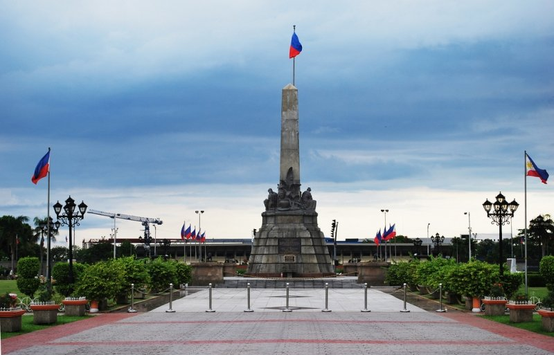 visiting the rizal monument is one of the top things to do in manila